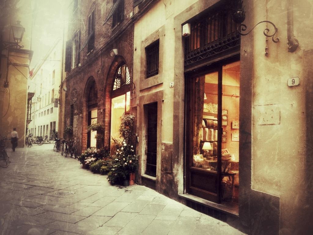 Blumen- und Antiquitätengeschäfte in Lucca in der Toskana