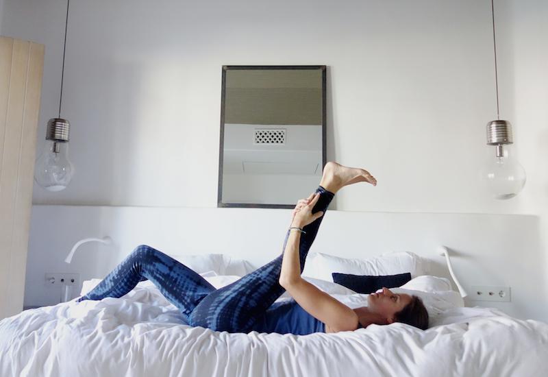 beindehnung yoga im hotel