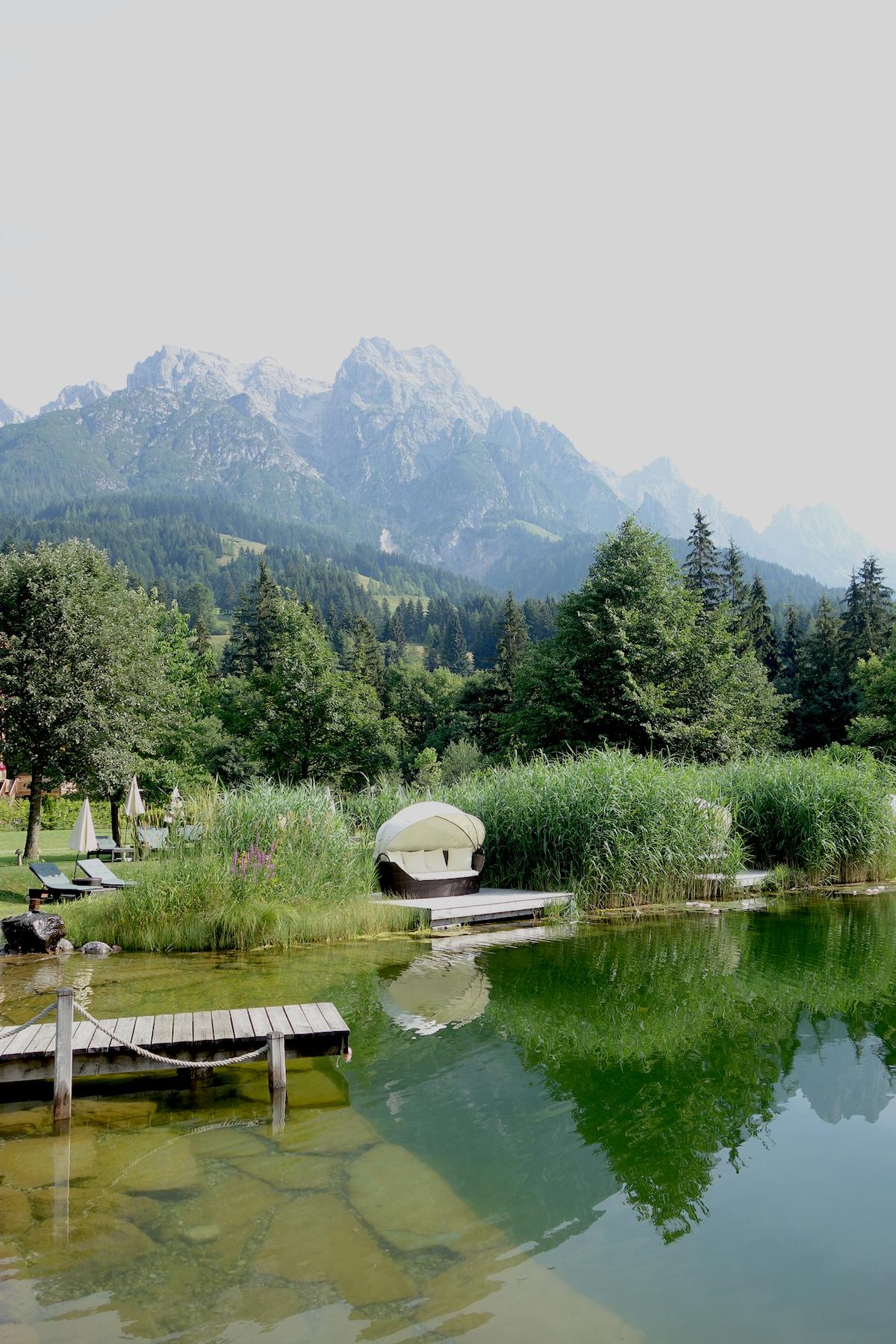Entspannungsinsel Schwimmteich Hotel Forsthofgut