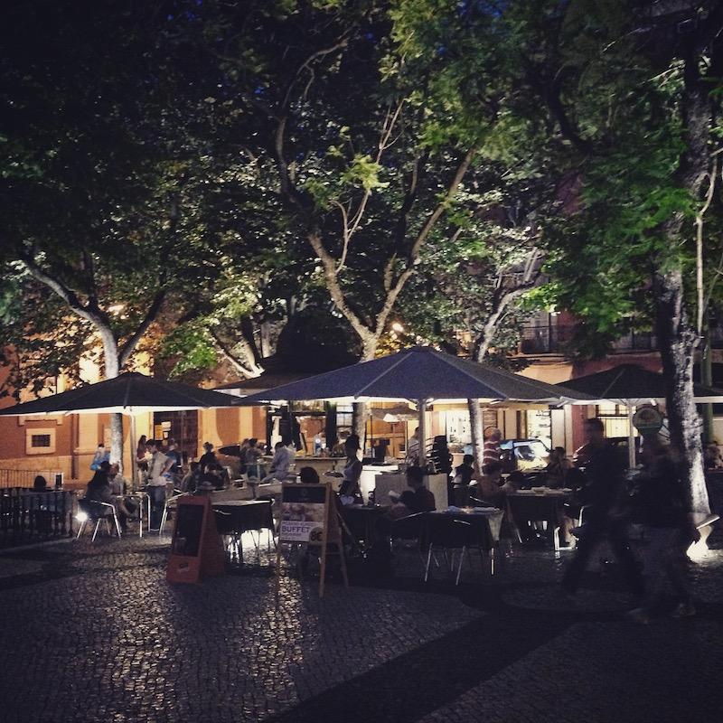 kiosk lissabon bei nacht