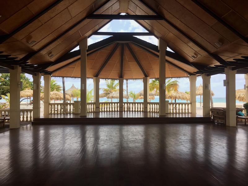manchebo yoga im freien mit meerblick karibik