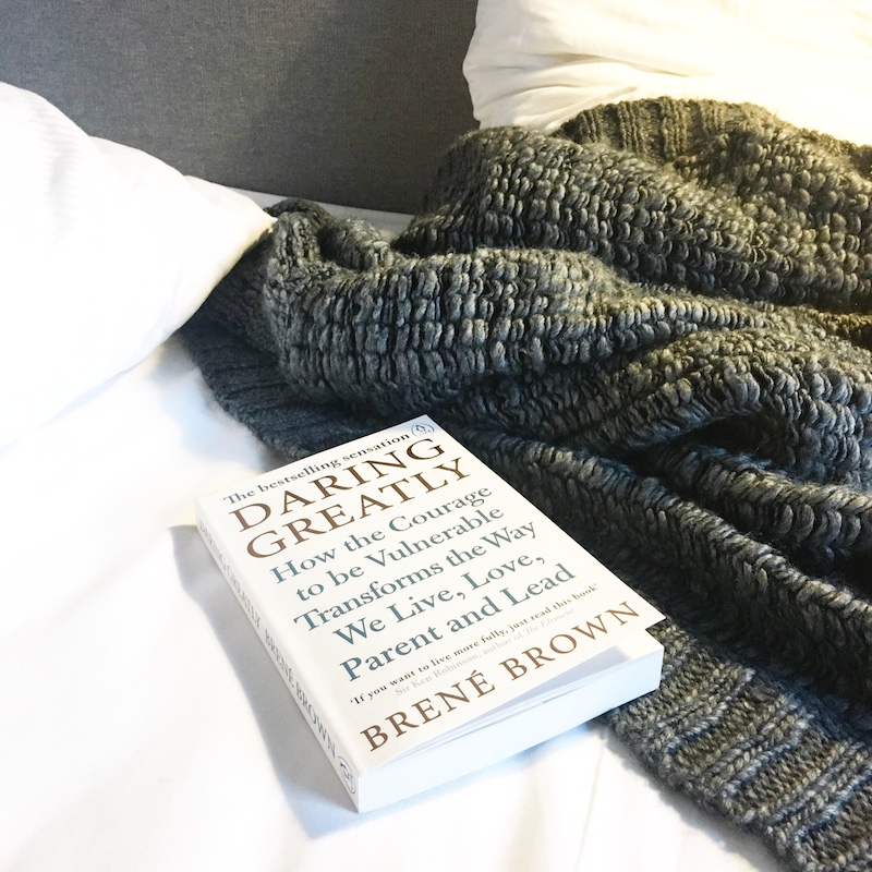 buch cardigan weekend hotelbett