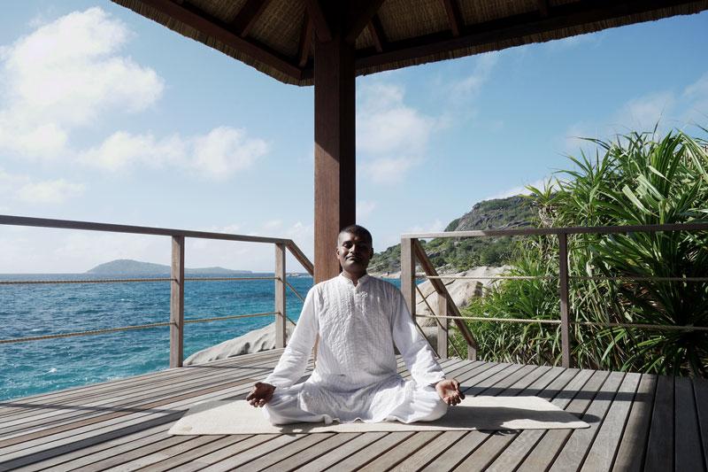 Yogalehrer-Meditation-Six-Senses-Seychellen