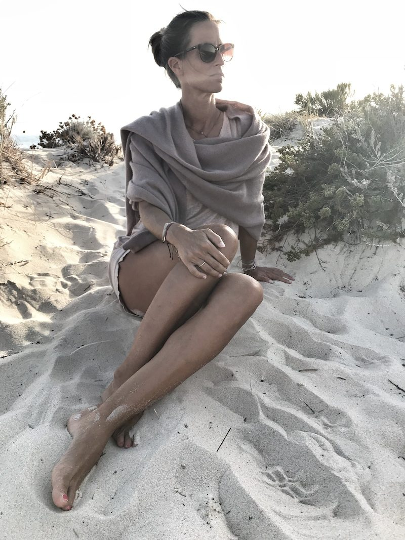 Reiseblogger Jeanette am Strand Algarve