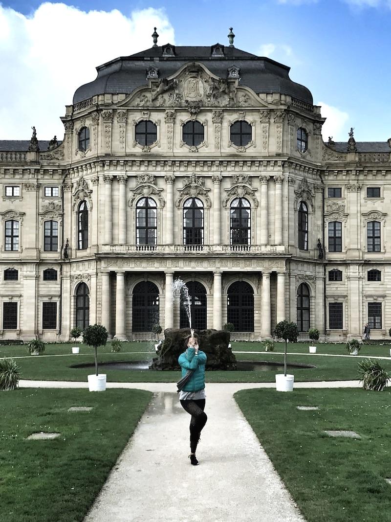 Jeanette Yogapose Adler Wuerzburg