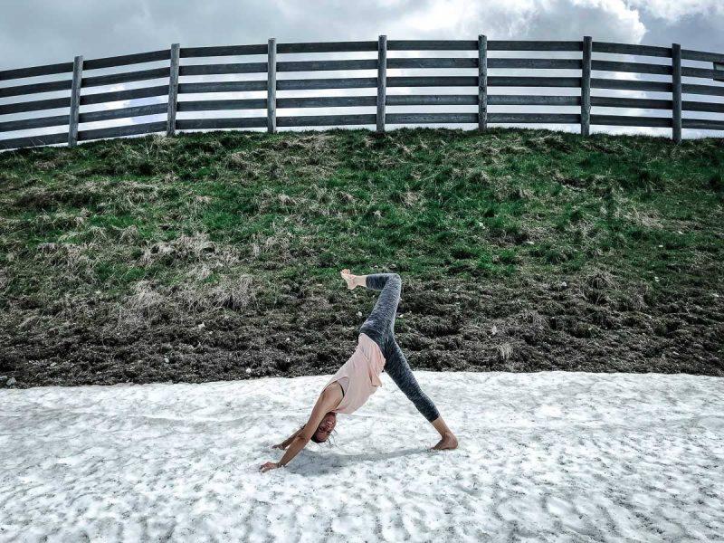 Yoga in den Bergen Herabschauender Hund